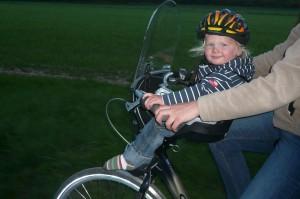 Paul im Fahrradträger vorne am Lenker