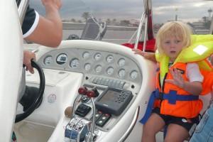 Nach der Fahrt auf dem Meer ist Paul froh, den Hafen zu sehen